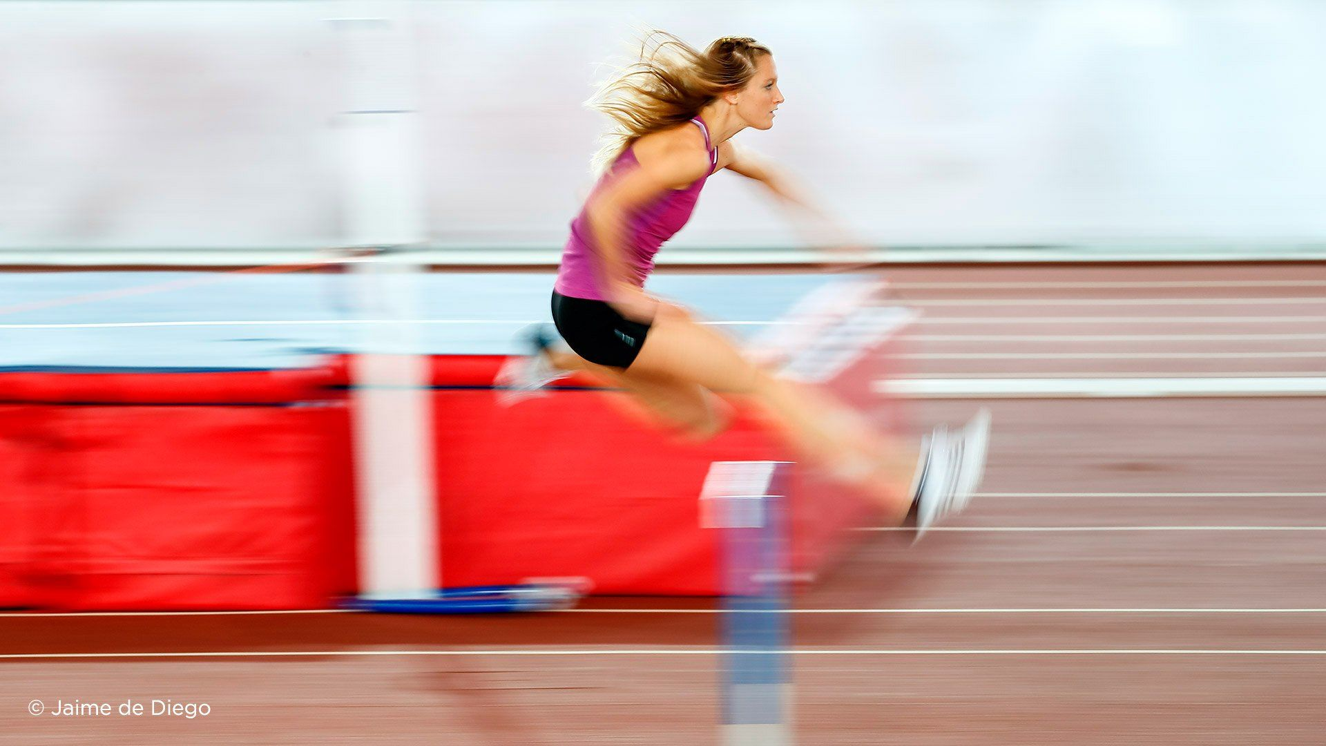 EF 400mm F2.8l IS III USM female athlete hurdles sample